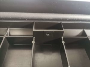 Отверстие в ящике Just под крепление цепочки
